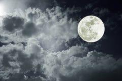 夜间天空的有吸引力的照片与多云和明亮的满月的 作为背景的美好的自然用途 户外 免版税库存图片