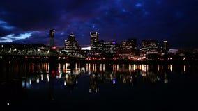 夜间威拉米特河波特兰俄勒冈江边城市地平线 股票录像