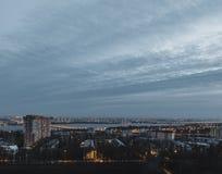 夜从屋顶的沃罗涅日市 蓝天,夜光 免版税库存图片