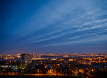 夜从屋顶的沃罗涅日市 库存图片