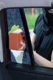 夜贼打碎在汽车的一个窗口 免版税图库摄影