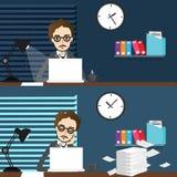 夜以继日工作随着时间的推移在膝上型计算机办公室前面的商人工作场所 免版税图库摄影