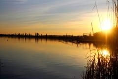 夜间日落 桥梁和湖 太阳光芒在晚上 乌克兰 引人入胜的日落 免版税库存图片
