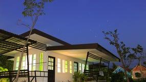 夜间的家。 图库摄影