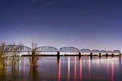 夜/蓝色小时在历史的Brookport桥梁-俄亥俄河、Brookport、伊利诺伊&肯塔基 库存图片