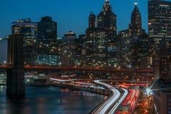 夜间车辆通行界线在曼哈顿和布鲁克林大桥,纽约 图库摄影