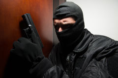 夜贼闯入有枪的一个家 库存照片