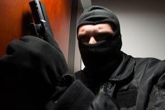 夜贼闯入有枪的一个家 免版税库存图片