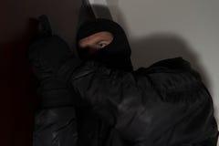夜贼闯入有枪的一个家 库存图片