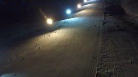 夜滑雪和雪板运动在滑雪胜地 股票视频