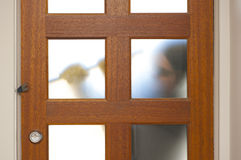 打破在有撬杠的房子里的强盗 库存照片