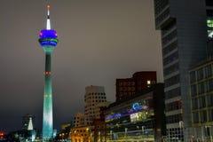 夜间DÃ ¼ sseldorf与Gehry Bauten电视塔的Medienhafen都市风景 库存图片