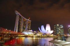 夜lookinc的新加坡对小游艇船坞海湾 库存照片