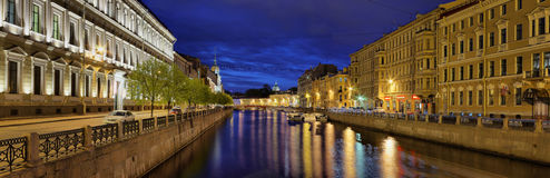 夜Moika河的全景在圣彼德堡 图库摄影