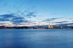 夜St 彼得斯堡俄国 在内娃河宫殿桥梁和彼得和保罗堡垒的看法 照明和光,深蓝 免版税库存图片