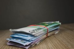 大一团在组装的现金票据美元欧元卢布在织地不很细委员会桌上  免版税库存图片
