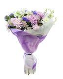 大丁草、康乃馨和其他花花束在蓝色包裹 免版税库存照片