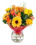 大丁草、玫瑰和其他花花束在玻璃花瓶 图库摄影