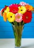 大丁草在玻璃花瓶的雏菊花束 库存照片