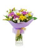 从大丁草的五颜六色的花束在白色b隔绝的玻璃花瓶 免版税库存照片