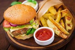 大三明治-汉堡包用水多的牛肉汉堡、乳酪、蕃茄和红洋葱 库存照片