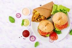 大三明治-汉堡包用水多的牛肉汉堡、乳酪、蕃茄和红洋葱 图库摄影