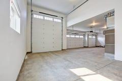 大三辆汽车车库内部在一个全新的房子里 库存图片