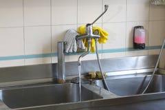 大不锈钢水槽在一个工业厨房里 免版税图库摄影