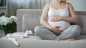 大与按摩里面她的腹部镇定和松弛胎儿的儿童妇女 股票视频