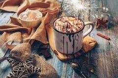 大与蛋白软糖糖果和闪闪发光ligh的杯子热巧克力 库存图片