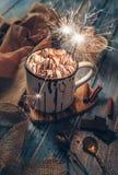 大与蛋白软糖糖果和闪闪发光ligh的杯子热巧克力 库存照片