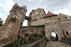 大中世纪城堡Pernstejn入口 库存照片