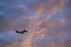 大乘客飞机离开 免版税库存照片