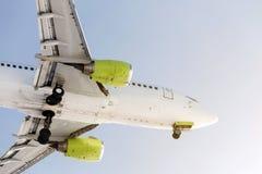 大乘客airlplane飞行特写镜头侧视图反对清楚的蓝天的在日落期间 打开底盘 登陆或离开 Summ 免版税库存照片