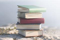 大书的超现实的图象在自然中间的 免版税库存图片