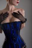 大乳房滑稽的妇女特写镜头射击黑和蓝色束腰的 免版税库存图片