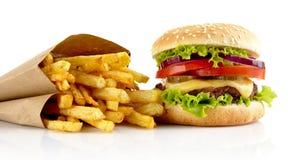 大乳酪汉堡用在白色背景隔绝的炸薯条 免版税图库摄影