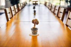大事件、公司或婚姻的木饭桌和椅子 库存图片