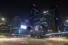 大交叉点和大厦在汉城在晚上 库存图片