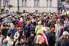 大人群在最大的跳蚤市场上在坦佩雷,芬兰 免版税图库摄影