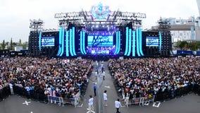 大人群时间间隔在电子音乐节日东京日本的 股票视频