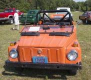 1974年大众事橙色汽车正面图 图库摄影