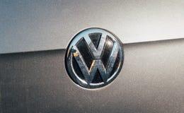 大众在一辆灰色银色汽车的VW略写法 免版税库存照片
