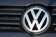 大众在一辆现代汽车的板材商标 大众是一辆著名欧洲汽车 库存照片