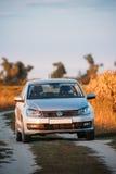 大众波罗停放在秋天领域的乡下公路附近的汽车轿车 免版税图库摄影