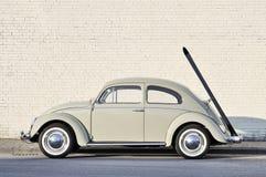 大众甲壳虫在街道停放的葡萄酒汽车 免版税库存图片