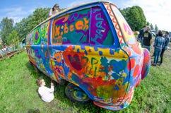 大众运输者和线描在草甸上色了油漆儿童甲虫 图库摄影