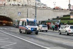 大众运输者汽车作为在街道上的一辆救护车 图库摄影