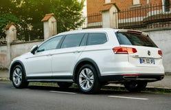 大众VW passat Alltrack汽车在城市停放了 免版税库存图片