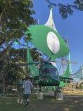 大传统风筝和嘲笑一个地方政党成员制造的直升机 免版税库存图片